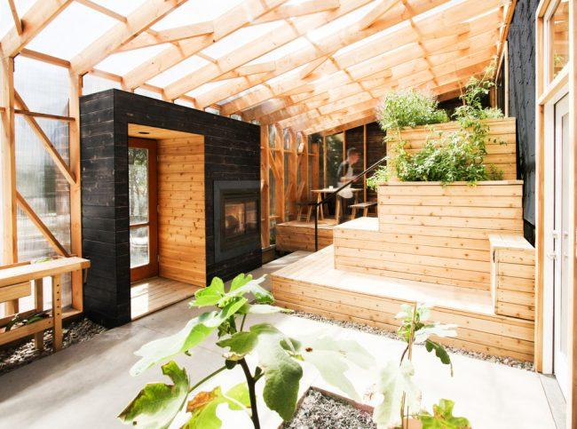 Веранда с деревянным каркасом, обшитым поликарбонатом