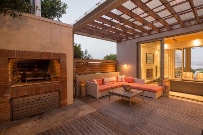 Веранда с односкатной крышей — наиболее привычное и простое сооружение