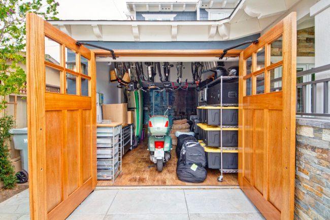 Массивные деревянные ворота в гараже на дистанционном управлении