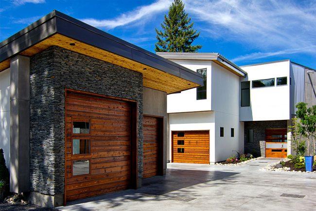 Подъемные ворота для гаража из деревянных досок
