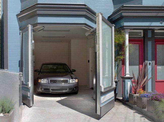 Ворота с остеклением на дистанционном управлении для небольшого домашнего гаража