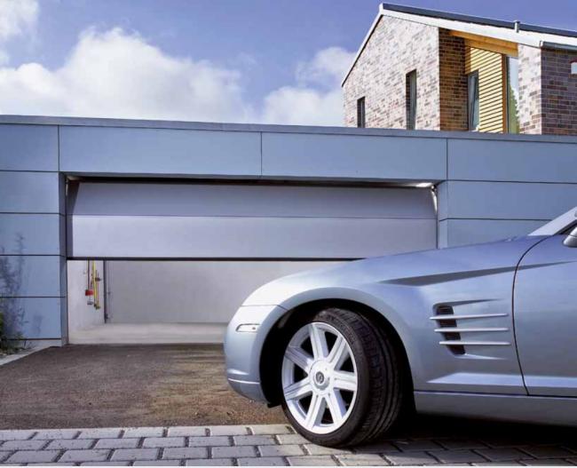 Секционные гаражные ворота с автоматическим поднятием под потолок из металлопрофиля