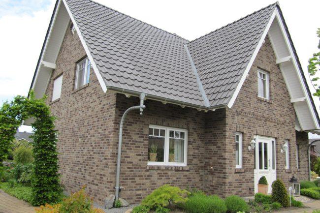 Светлый дом классической постройки с баварской отделкой внешних стен