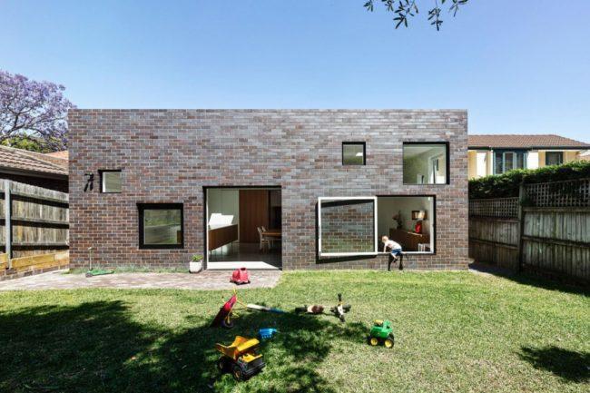 Серо - коричневые тона кирпичной отделки добавят строгости дизайну здания