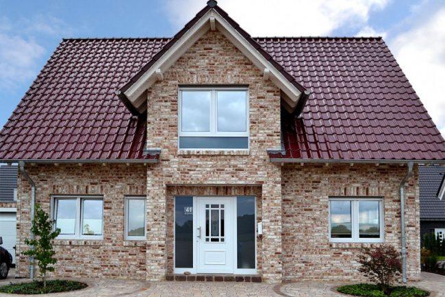 Красивый бежево - коричневый фасад с помощью баварской кладки