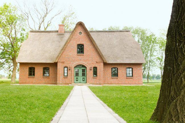 Аккуратный симметричный дом в светло - красном кирпиче