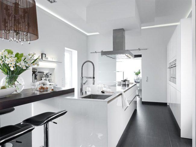 Светла кухня в классическом стиле с контрастным напольным покрытием