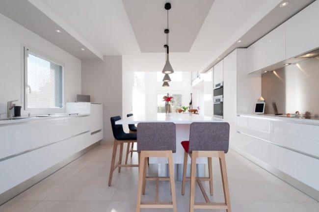 Перламутровый кофейный кухонный фартук придаст тепла и комфорта просторной белой кухне
