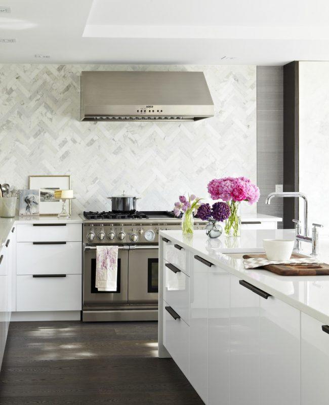 Классическая светлая кухня в глянце с хромированной фурнитурой и варочной поверхностью