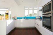 Фото 7 Белые глянцевые кухни: секреты гармоничного оформления и 80+ фото вдохновляющих интерьеров