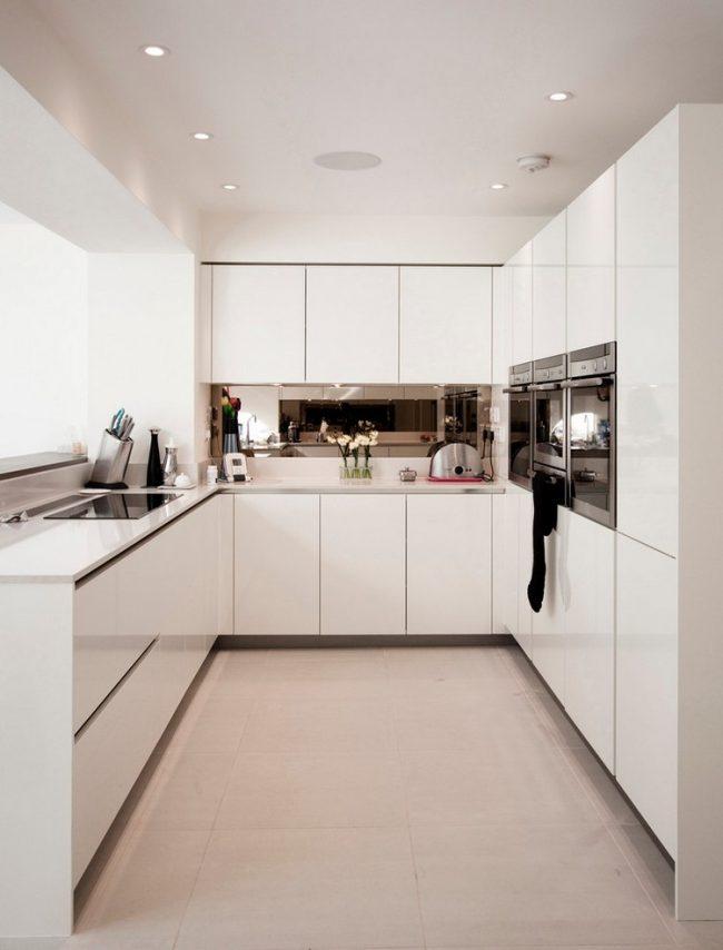 Малогабаритная кухня в светлых тонах с глянцевым фасадом
