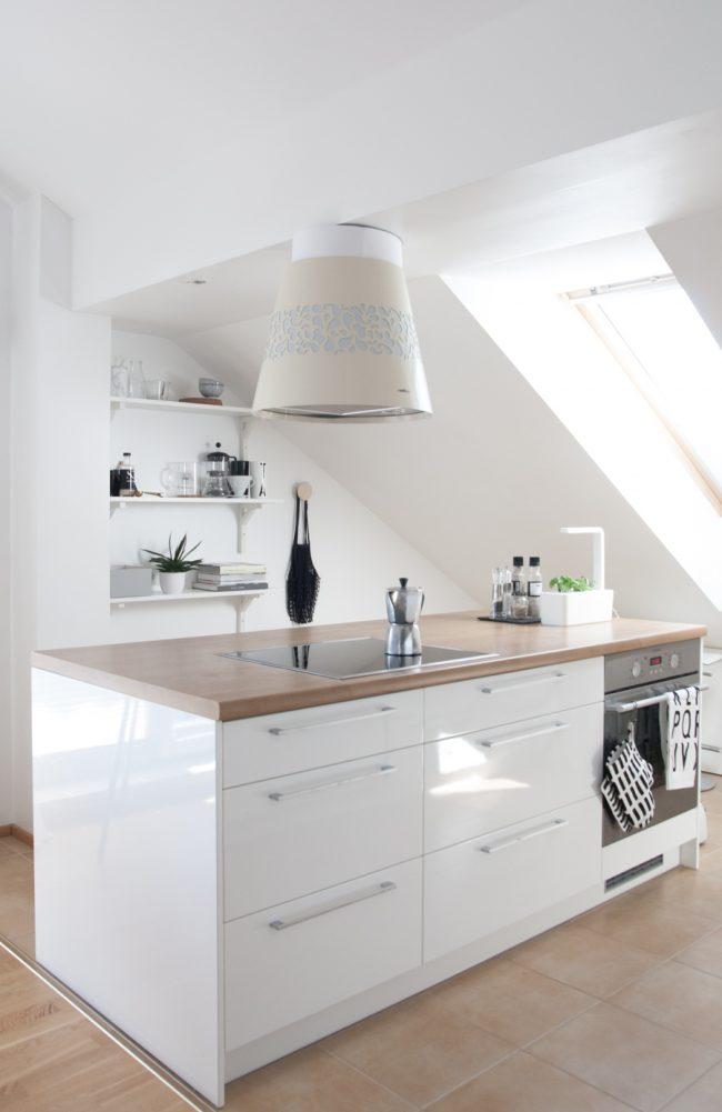 Мансардное небольшое помещение оборудовано под кухню