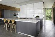 Фото 23 Белые глянцевые кухни: секреты гармоничного оформления и 80+ фото вдохновляющих интерьеров