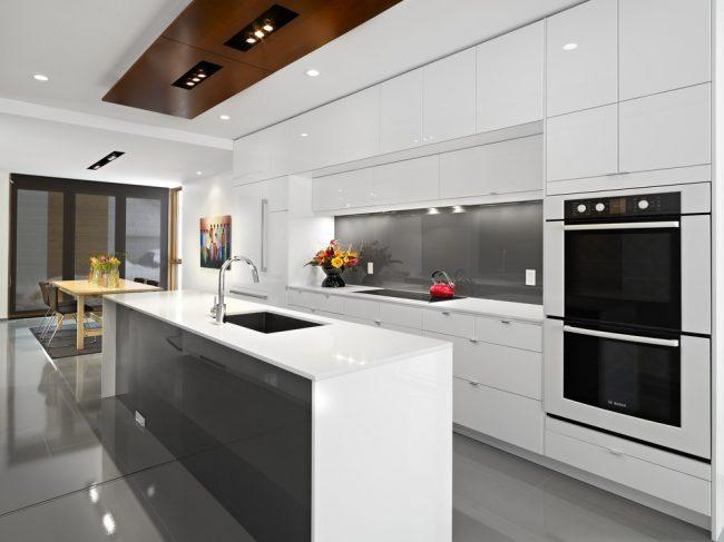 Современный дизайн светлой кухни с контрастными элементами декора