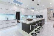 Фото 26 Белые глянцевые кухни: секреты гармоничного оформления и 80+ фото вдохновляющих интерьеров