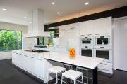 Фото 28 Белые глянцевые кухни: секреты гармоничного оформления и 80+ фото вдохновляющих интерьеров