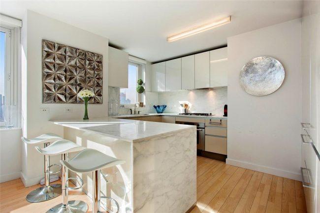 Современный дизайн светлой кухни 12 м кв.