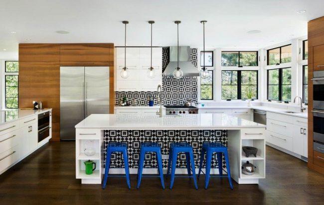 Дизайнерское оформление интерьера кухни с применением разных цветовых решений