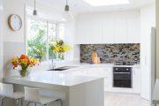 Фото 33 Белые глянцевые кухни: секреты гармоничного оформления и 80+ фото вдохновляющих интерьеров