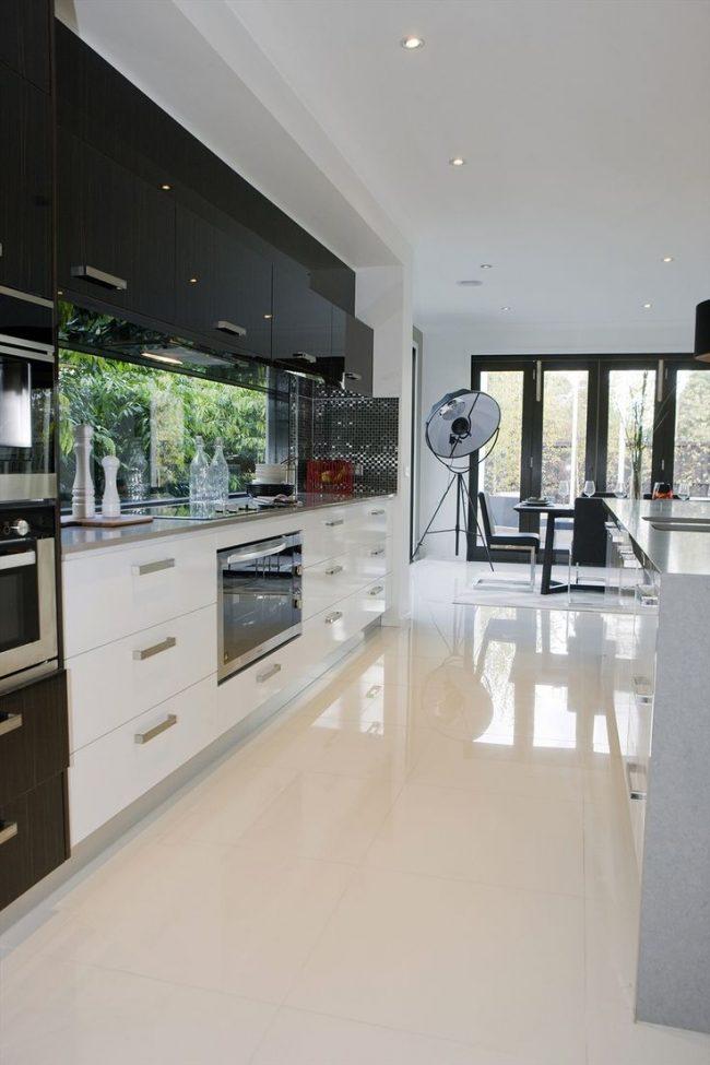 Черно - белая кухонная мебель в глянце с окном вместо фартука