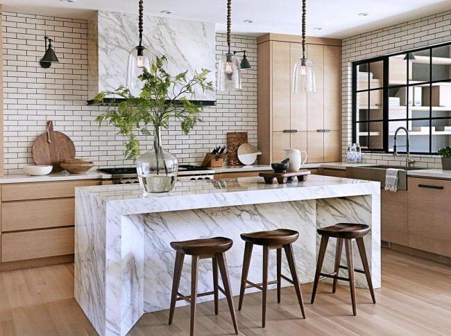Каменный кухонный остров и навесная тумбочка смотрятся дорого и оригинально