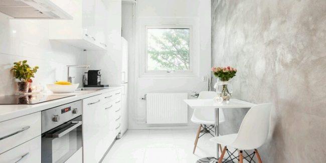 Сочетание перламутровой стены с глянцевым фасадом кухонного гарнитура помогут визуально расширить пространство