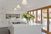 Фото 36 Белые глянцевые кухни: секреты гармоничного оформления и 80+ фото вдохновляющих интерьеров