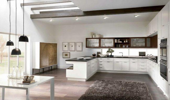 Просторная классическая кухня в белом с контрастной столешницей и навесными шкафчиками