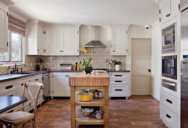 Классическая английская кухня с натуральными элементами декора