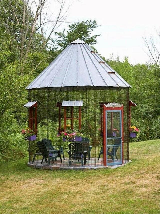 Садовый уголок ля отдыха, сооруженный из рабицы