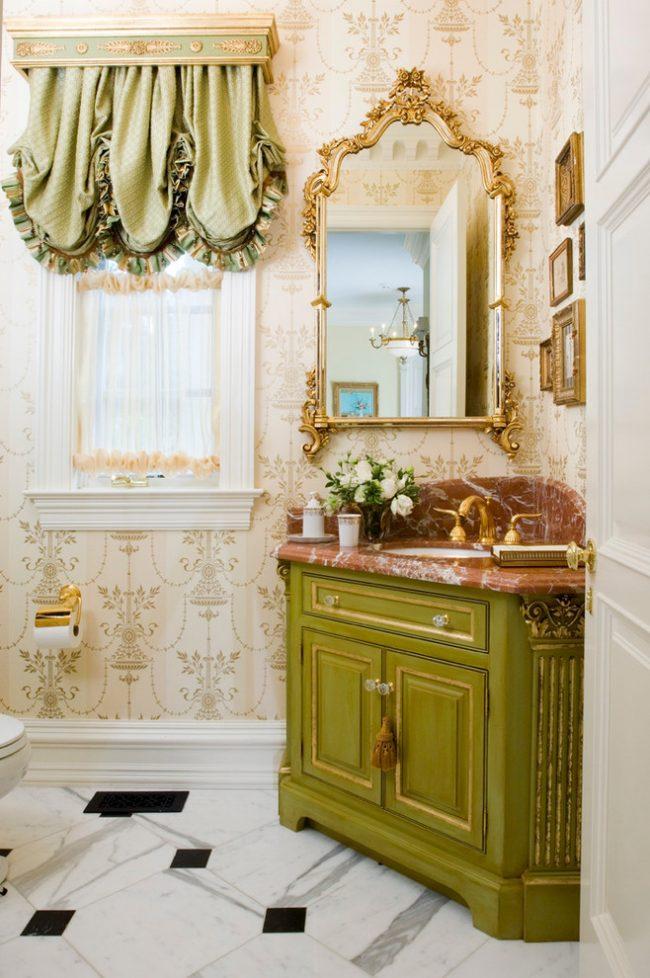 Ванная комната в стиле шебби шик с бежевыми обоями с легким рисунком