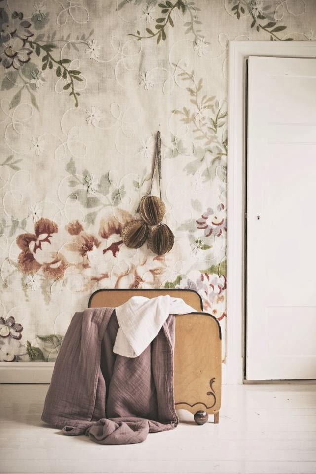 Текстильные обои с рисунком в пастельных тонах