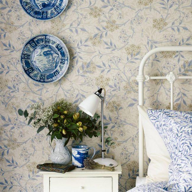 Спальня в стиле прованс, где удачно сочетаются голубые и зеленые с бежем