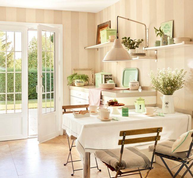 Дачная кухонька с обоями в широкую вертикальную полосу, что позволяет расширить и, одновременно, поднять небольшое помещение