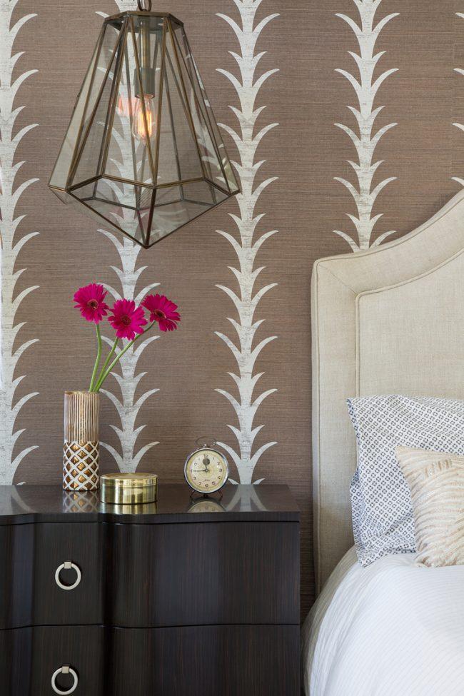 Классическая спальня со строгой и стильной отделкой стен