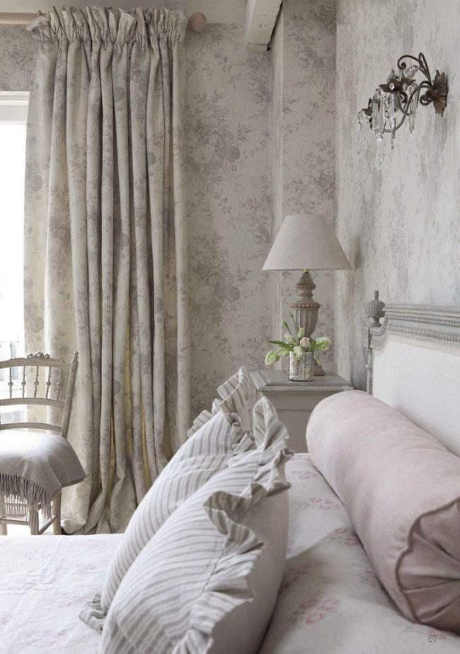 Спальня в стиле прованс с цветочными мотивами на портьерах и обоях