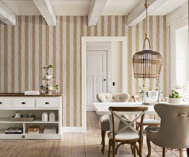 Золотистая полоска в провансовой кухне с низкими потолками
