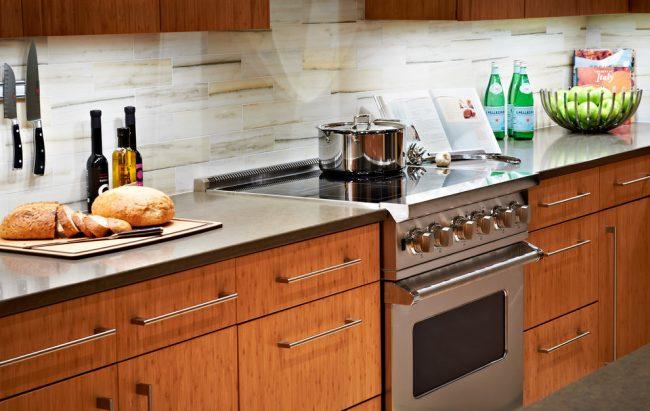 Бежевые обои на фартуке в кухне можно закрыть стеклом