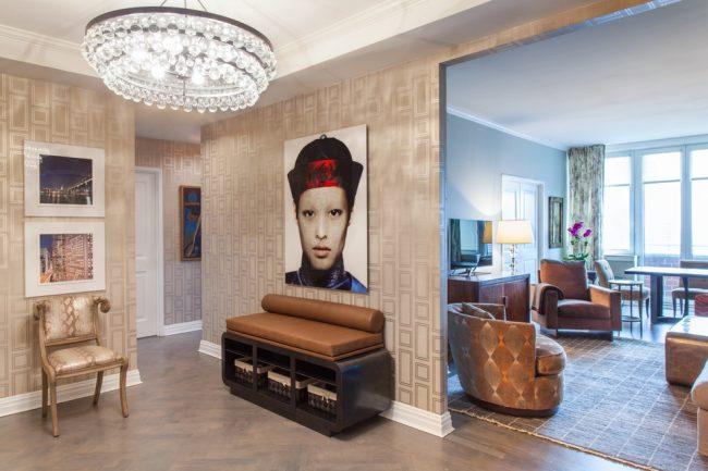 Яркие акцентные декоративные предметы в светлой гостиной комнате