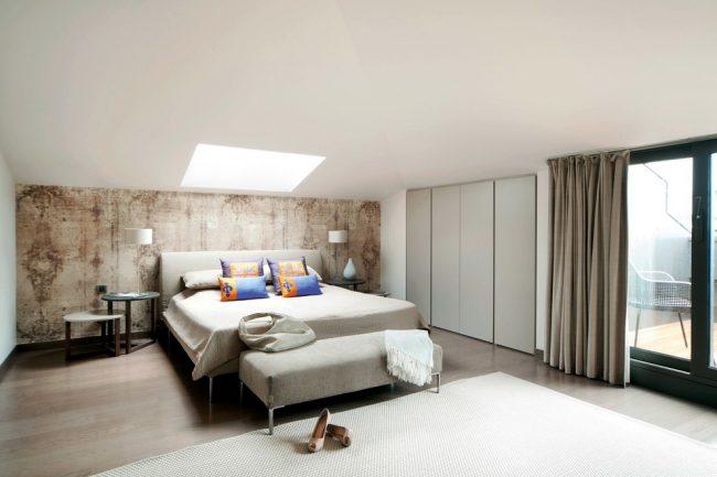 Бежево - коричневый оттенок на выделенной стене у изголовья кровати
