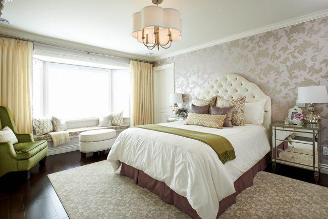 Нежные желтые шторы в светлой просторной спальне