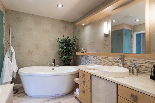 Теплые бежевые оттенки в ванной комнате помогут расслабиться