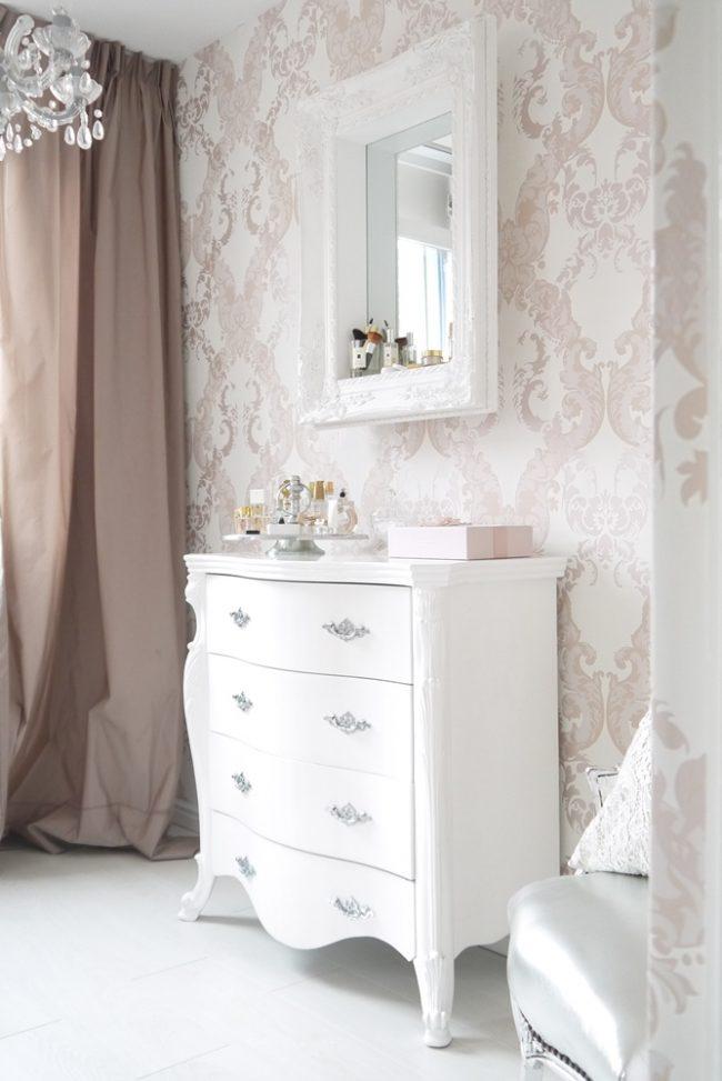 Однотонные плотные шторы в светлой бежево-розовой комнате