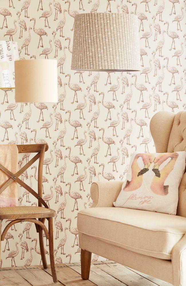 Нежно-розовые фламинго на светлых обоях в гостиной