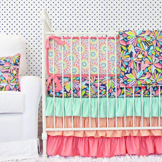 Геометрические рисунки с цветочными мотивами на бортиках кроватки