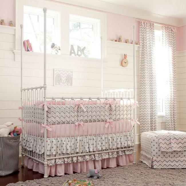 Спокойные светлые цвета в дизайне бортиков для детской кроватки
