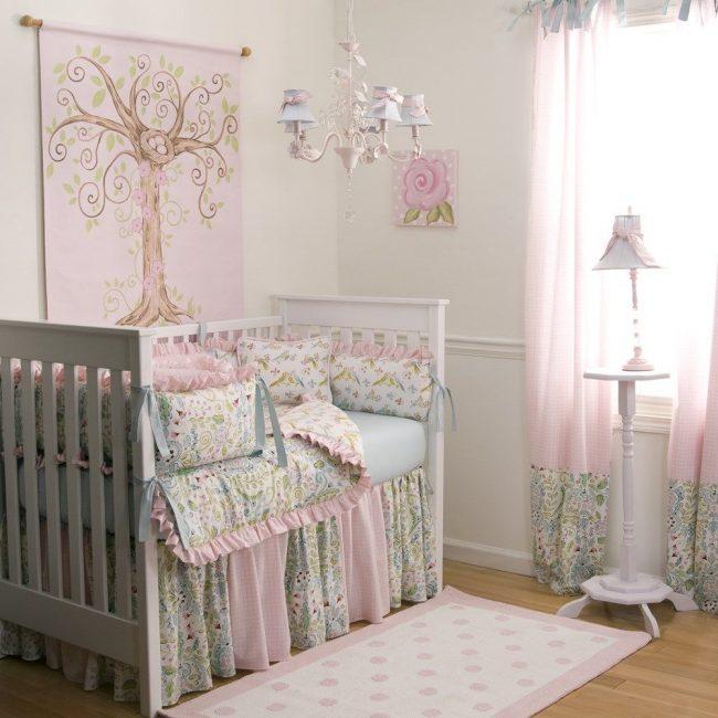 Бортики-подушки с цветочными принтами и розовыми рюшами