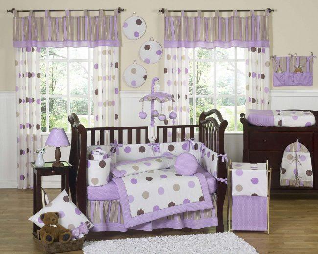 Детская комната в фиолетовый горошек: стильные бортики, шторы и постельное белье