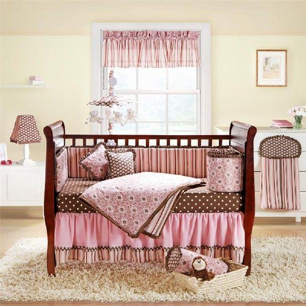 Красивая кроватка с розовыми бортиками для девочки