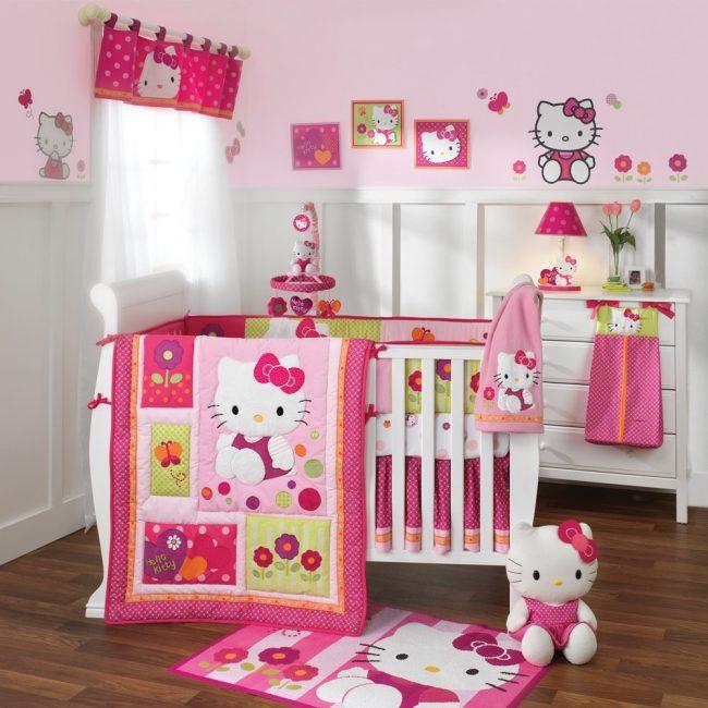 Розовая детская комната в стилистике Китти: фирменные бортики для кроватки, постель, обои, игрушки, ковер